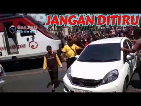 KA Batara Kresna Terhalang Mobil Parkir Sembarangan Di Depan BTC / PGS Solo
