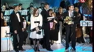 Олег Погудин вручает Константину Хабенскому премию Станиславского в 2008 году