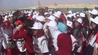 شاهد بالفيديو : سبب هروب وزير الشباب من الفتيات ومطاردتهن له فى قناة السويس الجديدة