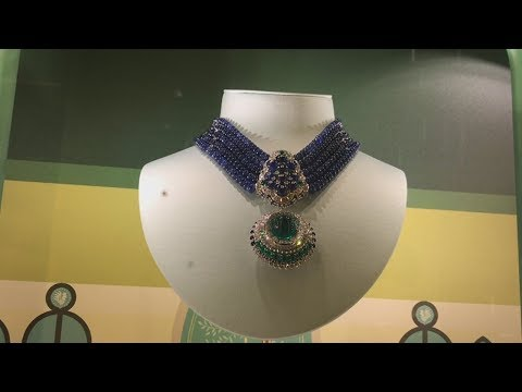 Van Cleef & Arpels - Holiday Window Shopping On New York's Posh Fifth Avenue