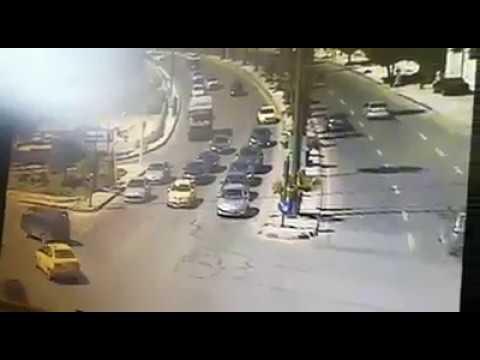حادث على إشارة الدخان في عمان تدهور مروع لشاحنة باتجاه مركبات كانت متوقفة على رأس العين