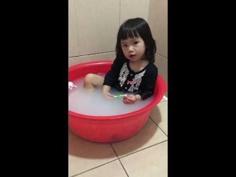 小女兒自己先去洗澡啦!