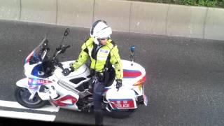 觀塘私家車解體車禍交通警開路引領救護車