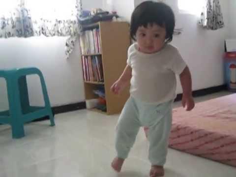 Bayi Belajar Jalan Lucu ^_^