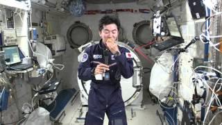 「こうのとり」5号機で運ばれた新鮮な果物(レモン)を食べる油井宇宙飛...