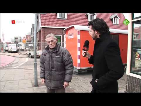 Jakhals Erik krijgt klappen in Volendam voor De Wereld Draait Door (DWDD) 19-11-2010