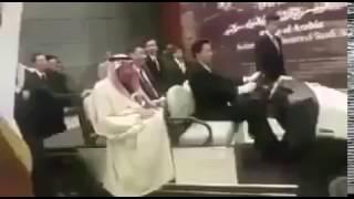 بالفيديو.. خادم الحرمين يتوقف عند فرقة موسيقية تعزف