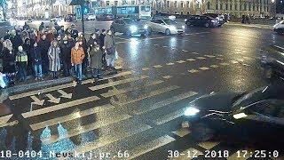"""Видео ДТП на Невском проспекте. Сбитым пешеходам горел """"зеленый""""."""