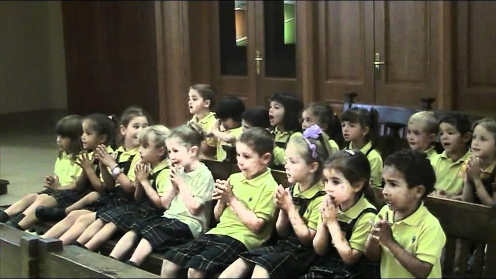 Nens i nenes d infantil de camp joliu cantant a la verge. Escola Camp Joliu dd46fca76cf