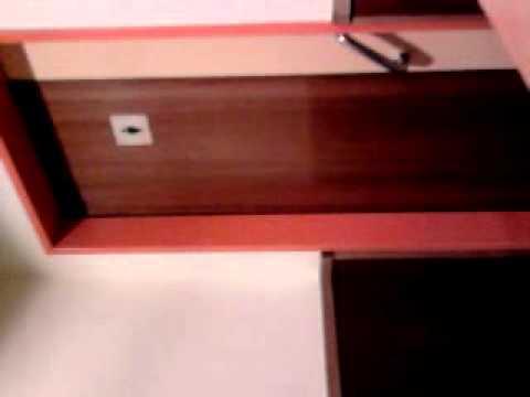 ein junge geht in mädchen toilette rein in mc downalds (main taunus zeintum)