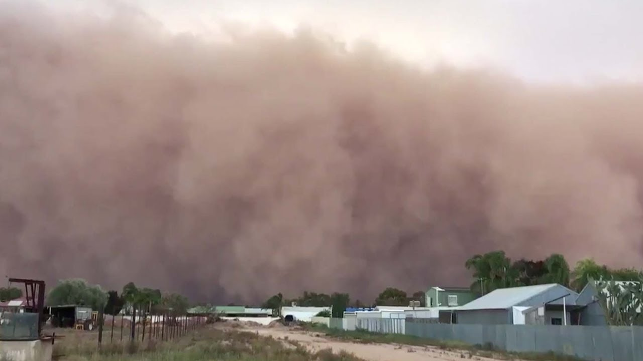 Massive dust storm rolls through Australian town - YouTube