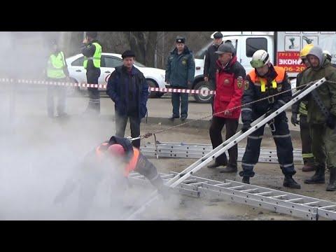 Шокирующее происшествие в Пензе: автомобиль с людьми провалился в яму с кипятком.