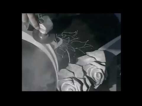 Резка роз на надгробном памятнике.