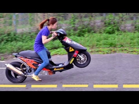 GIRL DRAGBIKE RIDER WHEELIE can kick man