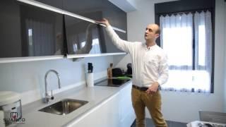 Gambar cover Cocinas modernas pequeñas de color blanco con antracita brillo y encimera de silestone