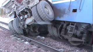 ДТП электровоза и грузовика в Курагинском районе(Сотрудники ГИБДД работают на месте дорожно-транспортного происшествия с участием поезда и грузового автом..., 2013-03-23T08:52:35.000Z)