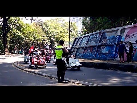 vespa touring indonesia : polisi takut saat di hampiri ribuan vespa