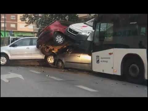 Espectaculares Imágenes De Un Autobús Que Arrolla Varios Coches En Málaga