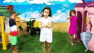 Valentina e seus amigos finge brincar Brincar de vizinhos com casas de brinquedos