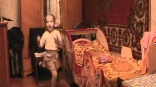 Девочка 3,5 года пляшет под цыганскую песню