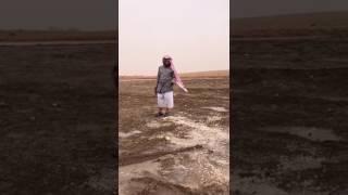 الرياض.. نهاية طريفة لمواطن يَصِف كثرة البرد المتساقط على «سد ابن مرشد» (فيديو)