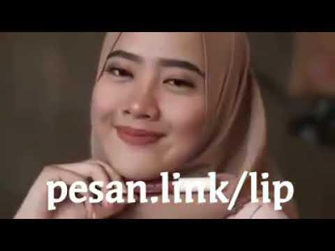 video wanita cantik berjilbab memakai lipstik kosmetika bibir