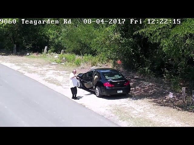 Una cámara de seguridad graba cómo un hombre abandona un perro en mitad de la carretera