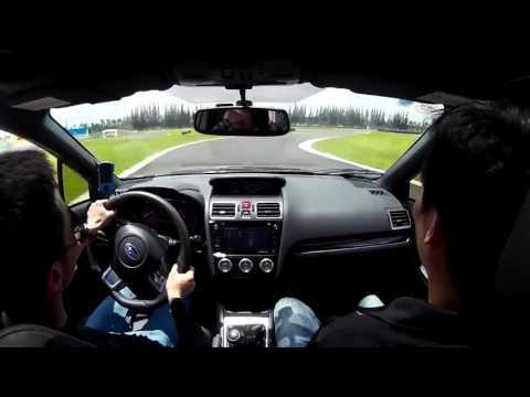 Cường Đôla lái Subaru WRX trên đường đua HappyLand