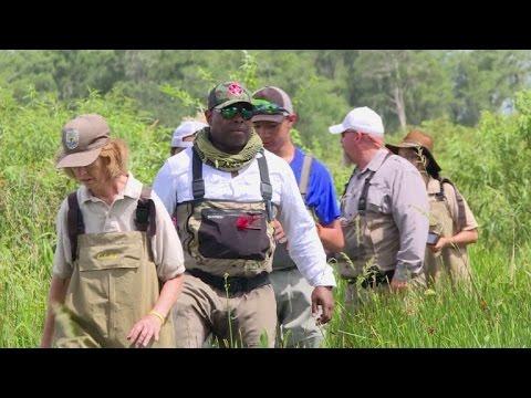 Veteranos y jóvenes con problemas buscan cura en la naturaleza