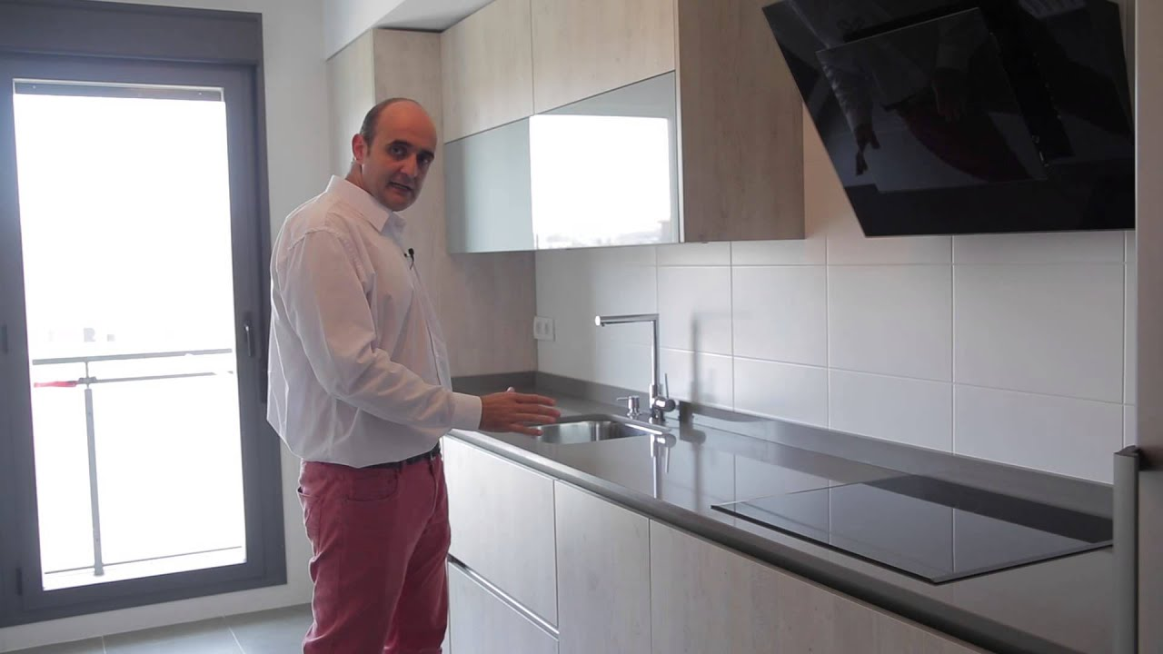 Video cocinas modernas con perfil gola en color pino viejo