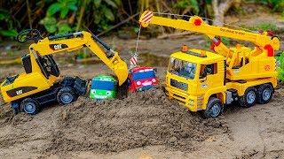 Crane Truck, Excavator Construction Vehicles rescue Tayo Bus Stuck In The Sand | Cars and Toys