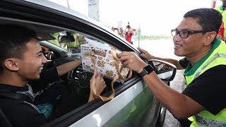 Perak MB spreads Hari Raya cheer to motorists at Ipoh Toll Plaza
