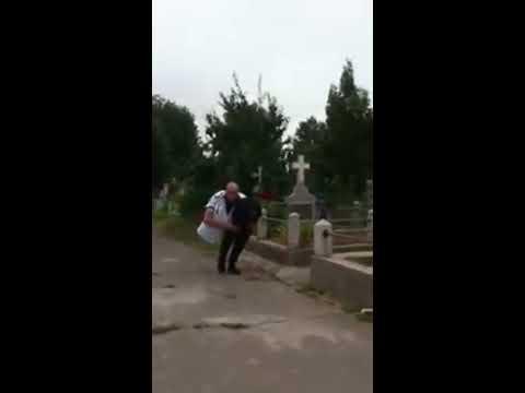 Johannes merge taiat in doua prin cimitir