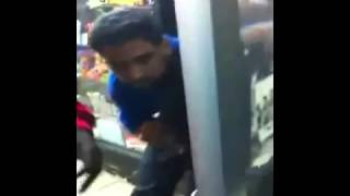 خناقه بين مصري و اجنبي غي احدي المولات في السعودية