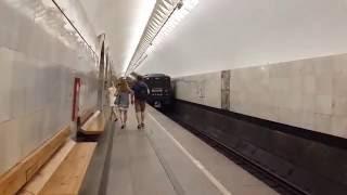 Номерной прибывает и отправляется со станции Кузнецкий мост (ТКЛ)