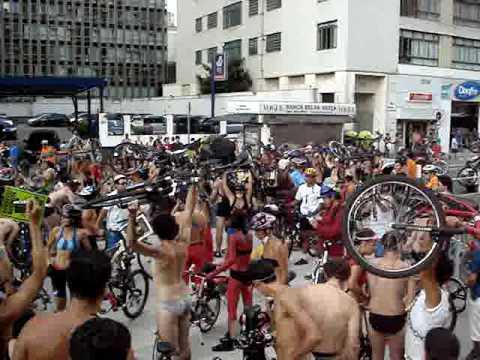 WNBR São Paulo 2009 - Chegada na Praça do Ciclista (2) - Bicicletas ao ar