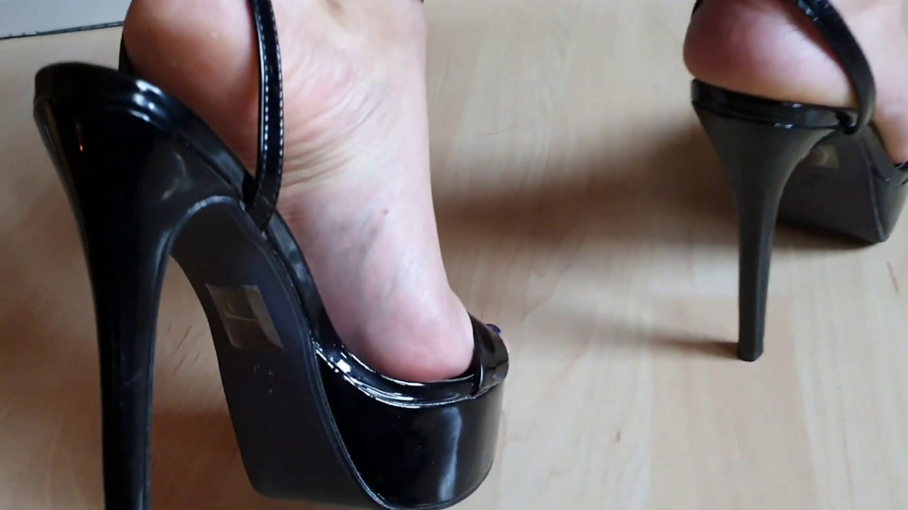 Mâture feet in black high heels