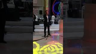 Мой сын Омар поёт на своей свадьбе для невесты.