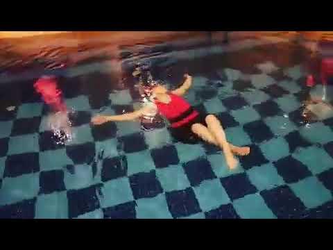 Derin Yerlerde Su üstünde Durma Calışıyor öğrencimiz - Bayan Yüzme Kursu