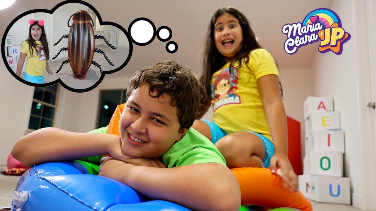 Maria Clara e JP em uma história engraçada de uma barata gigante