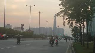 LANDMARK 81 ngắm từ xa lộ Hà Nội lúc hoàng hôn