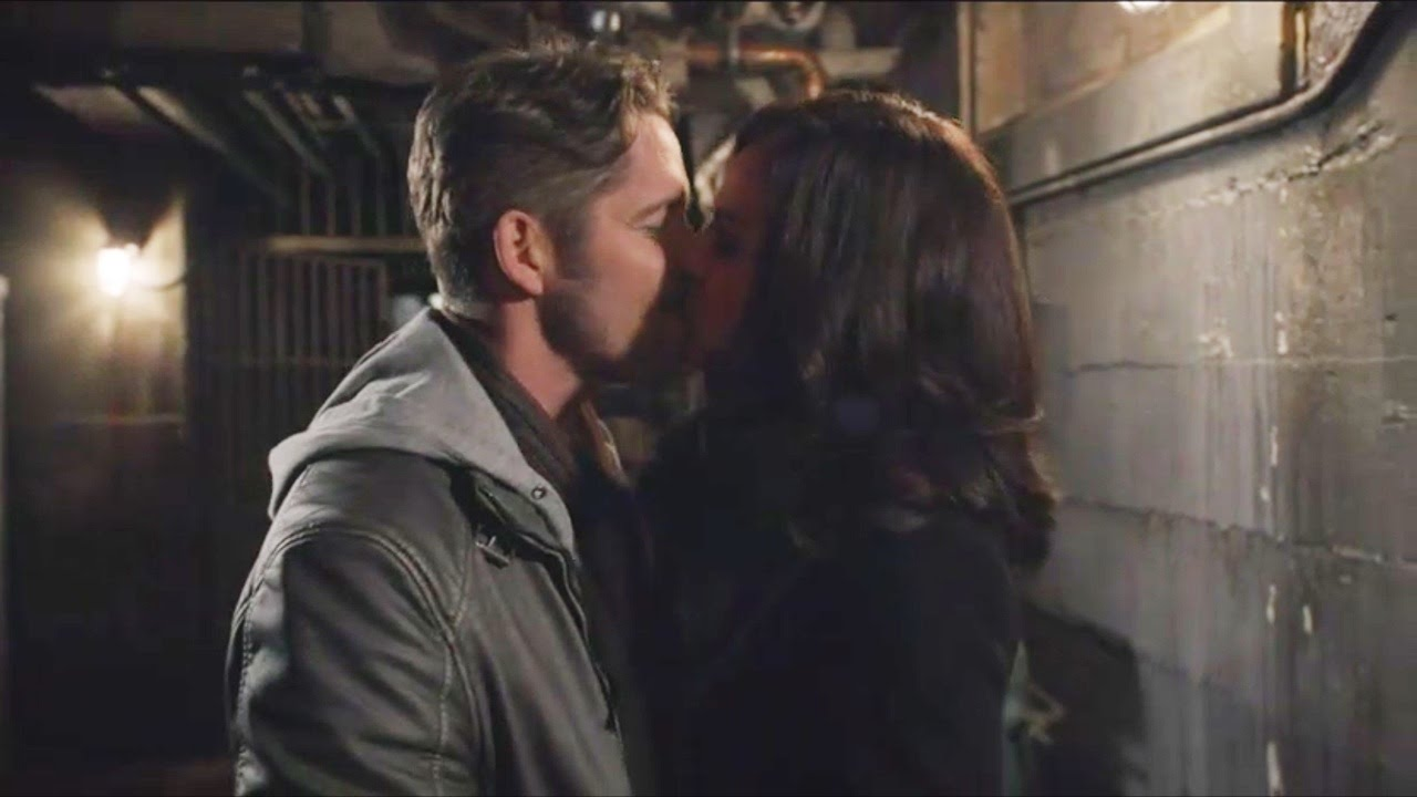 Once Upon A Time 5x21 Regina Robin Kiss At The Passageway