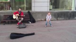 Маруся танцует на Арбате с уличным музыкантом под Сплин (