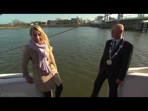 OCEAN (WO)MAN (dutch reporter falls into water)