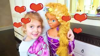 Mania faz maquiagem na boneca