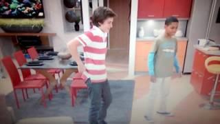 Leo e Chase dançando a dança da geladeira