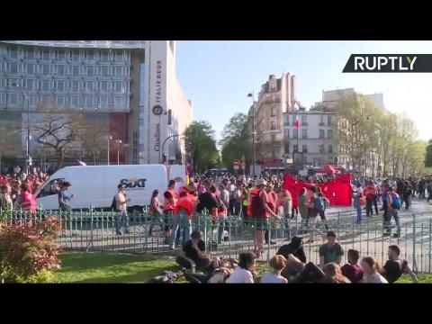 Fonctionnaires, cheminots, retraités et étudiants inondent les rues de Paris