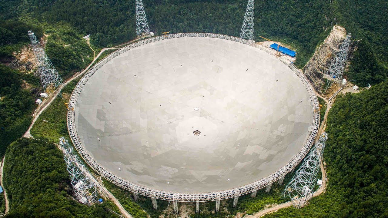 Teleskop FAST. Menurut ilmuwan, ini merupakan perangkan pendengaran paling sensitif di dunia. (gambar dari https://www.youtube.com/watch?v=t9nySMjiUzw)
