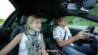 Piloto leva esposa para passeio em pista