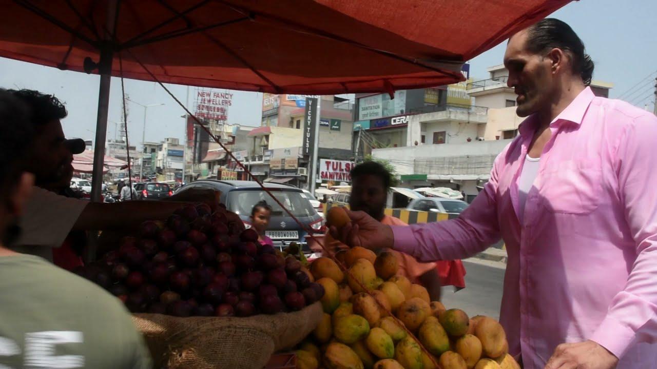 THE GREAT KHALI BUYING A FRUITS   STREET SIDE   #wrestlinglife #simplicity #youtuber #KHALI #WWE